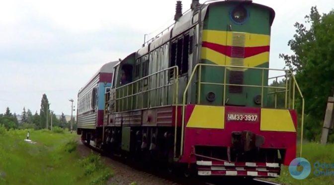 Одесская железная дорога: поезд въехал в автобус с детьми