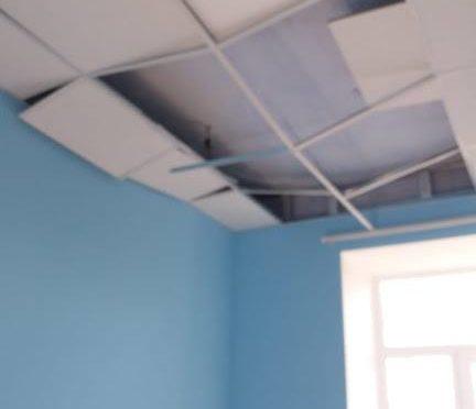 Ремонт на миллион: в свежеотремонтированном медпункте течет крыша и рушатся потолки (фотофакт)