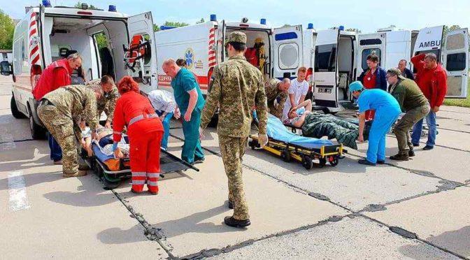 """В Одессу на военный аэродром """"Школьный"""" прибыл борт с раненными из зоны действия ООС"""