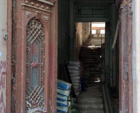 Новый собственник памятника архитектуры в центре Одессы поменял старинные двери на китайские — ему было жалко $1500 на реставрацию