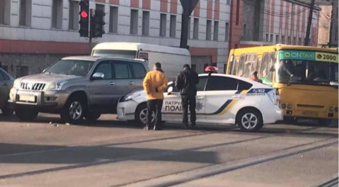 Одесские полицейские попали в ДТП, пересекая перекресток на красный свет