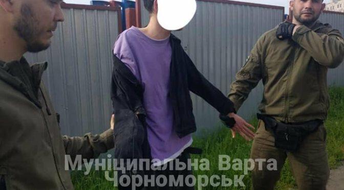 Бегал по машинам и вёл себя агрессивно: в Черноморске задержали парня